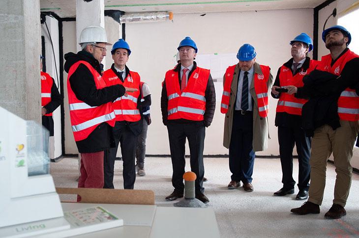 de izquierda a derecha, Iñaki Archanco, arquitecto del proyecto de Mutilva; Mikel Irujo, delegado de Navarra en Bruselas; Anthony Buchanan, representante británico del Comité de las Regiones, y dos técnicos