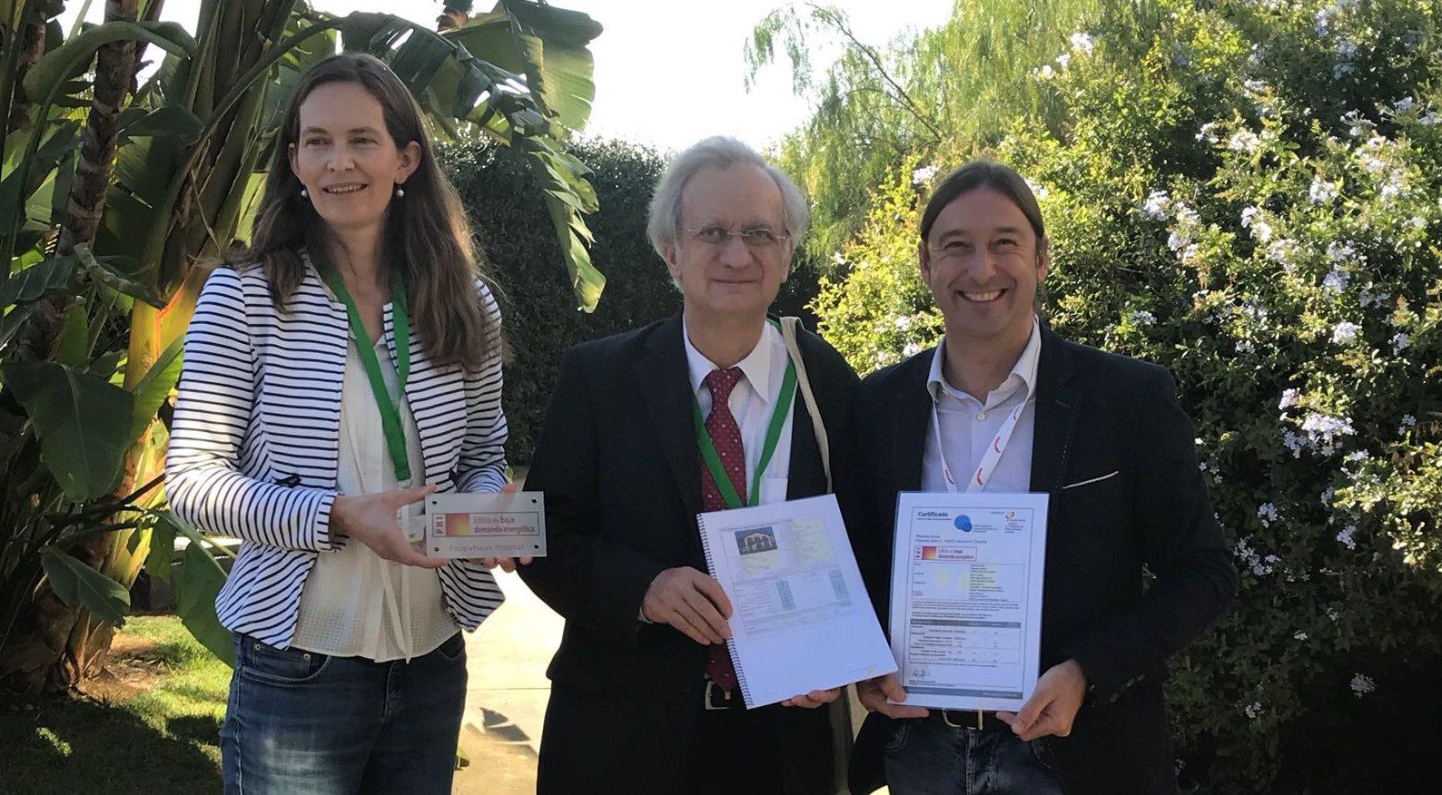 El Dr. Wolfgang Feist entrega a Koldo Monreal el certificado EECN de Casa Plazaola